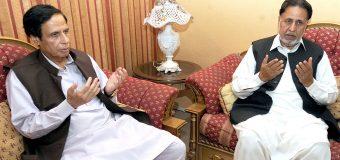 Ch Parvez Elahi condoles with Mian Mahmoodul Rashid and offers fateha
